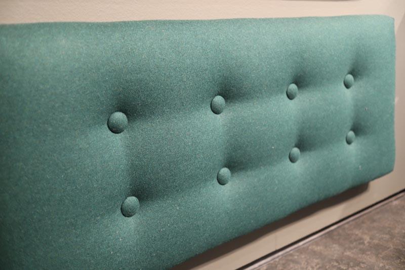 Grøn polstret sengegavl med knapper